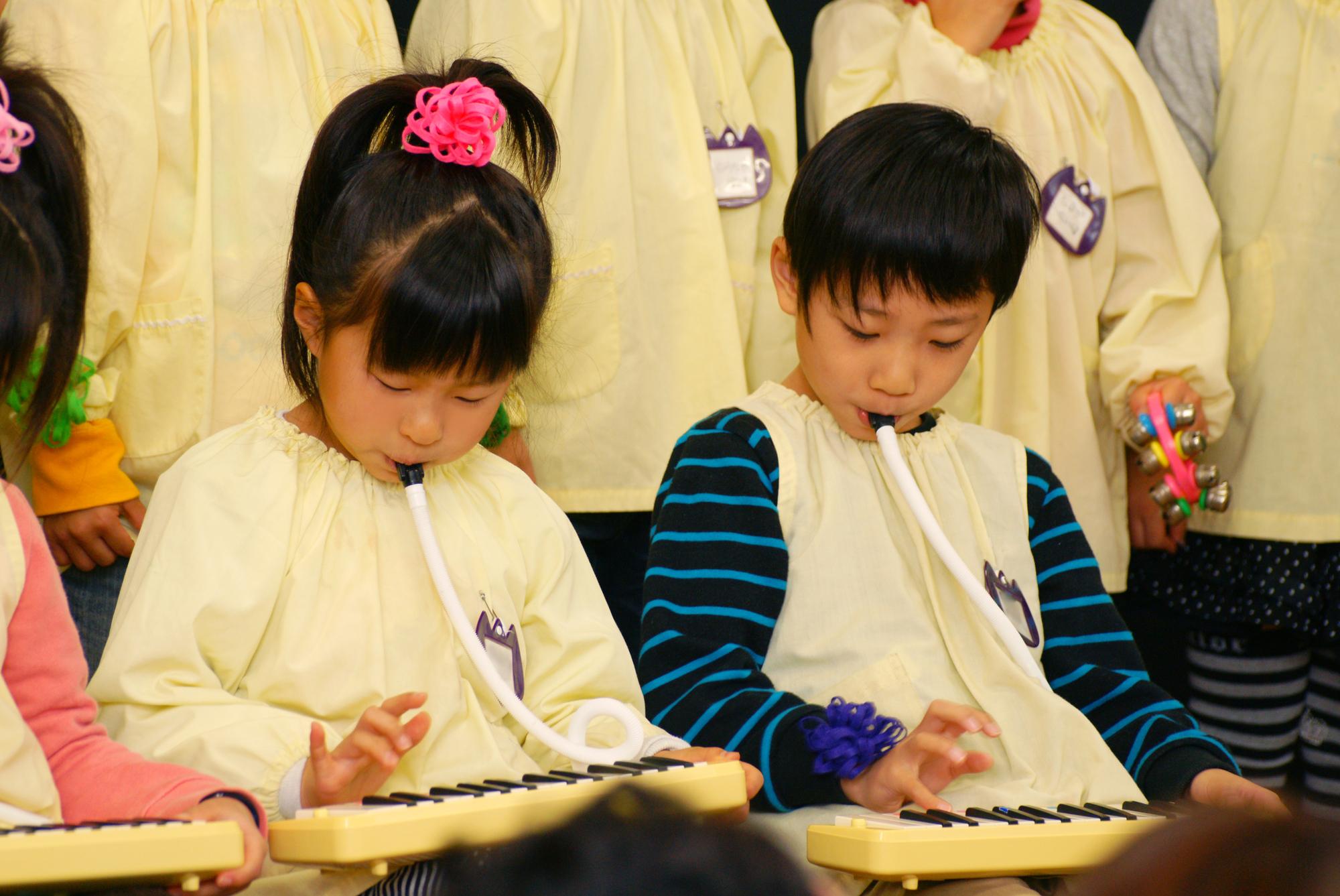 年長児による歌や楽器の演奏